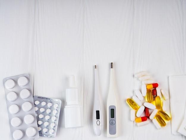 Médecine, drogues. pile de paquets de pilules colorées et de bouteilles.