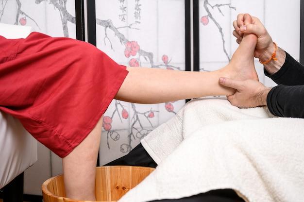 Médecine naturelle, réflexologie, massage des pieds par acupression.