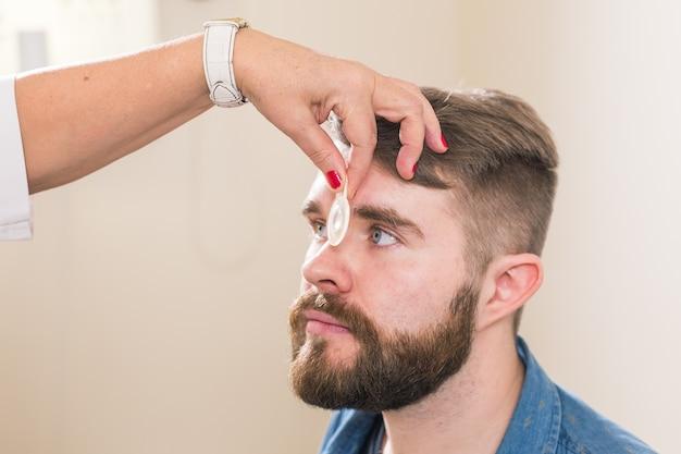 Médecine, santé, concept d'ophtalmologie - l'ophtalmologiste examine les yeux du patient.