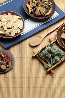 Médecine traditionnelle chinoise et ancien livre médical sur le bambou