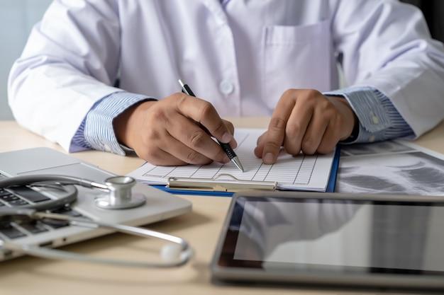 Médecine travaillant avec un ordinateur portable