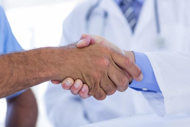 Médecins agissant avec les mains secoue le cabinet médical
