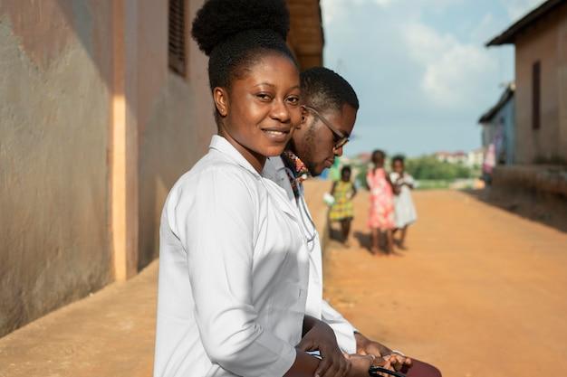 Les médecins de l'aide humanitaire en afrique ensemble