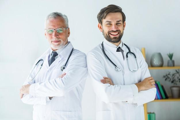 Médecins confiants au bureau