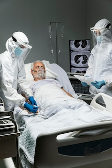 Médecins de coup moyen et patient malade