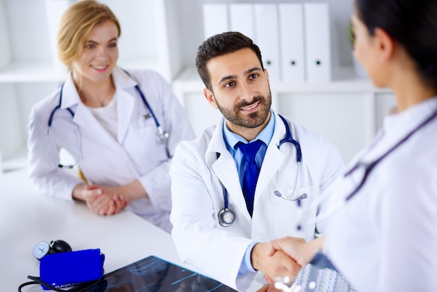 Médecins dans le bureau discutant d'un diagnostic de patientãƒâ ¢ ã'â € ã'â ™. réunion des médecins au bureau. les médecins se serrent la main