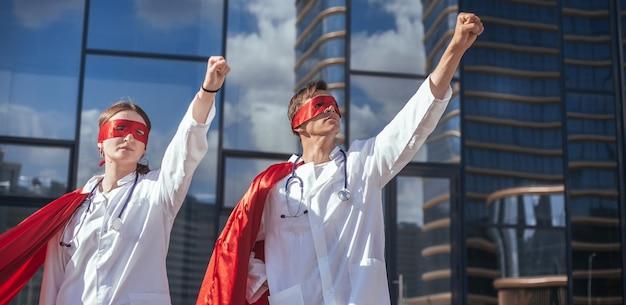Des médecins déterminés, des super héros sont prêts à travailler. photo avec un espace de copie.