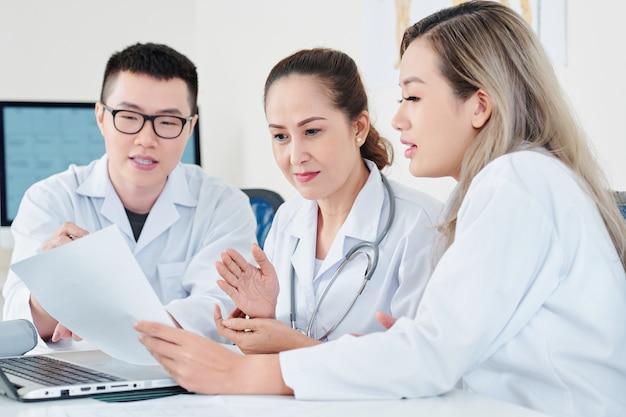 Médecins discutant des antécédents médicaux