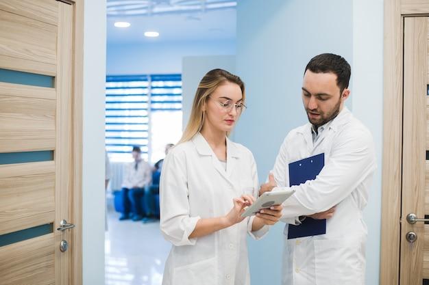 Médecins discutant du diagnostic en marchant dans le hall de l'hôpital