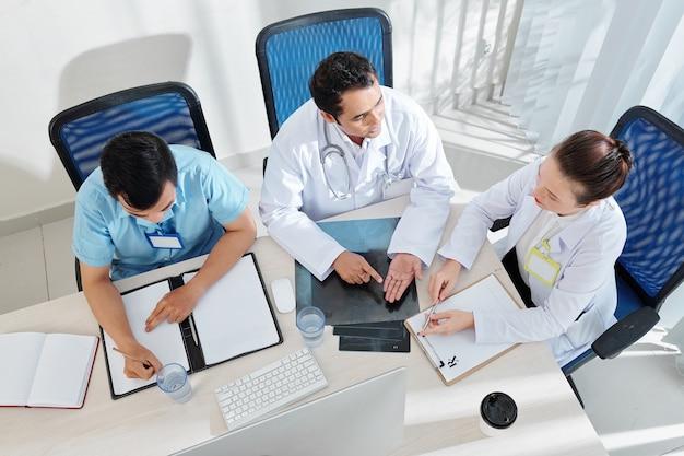 Médecins discutant d'une épidémie de maladie