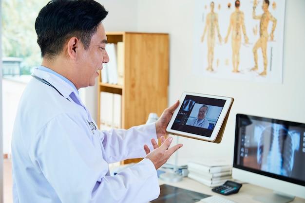 Médecins discutant de l'image radiographique en ligne