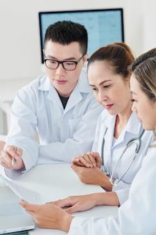 Médecins discutant de la méthode de traitement