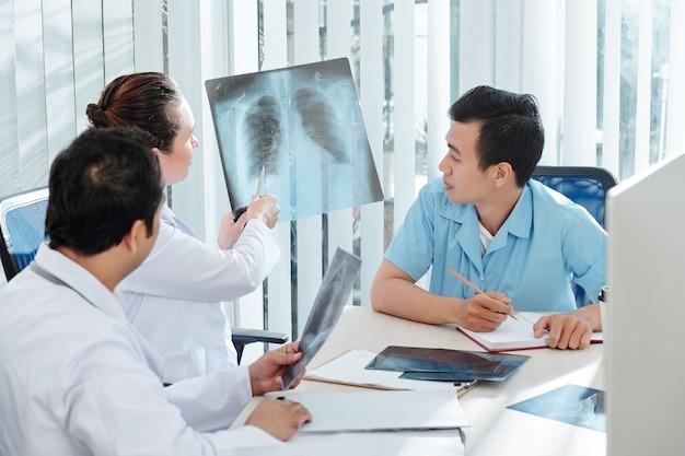 Médecins discutant de néoformation suspecte