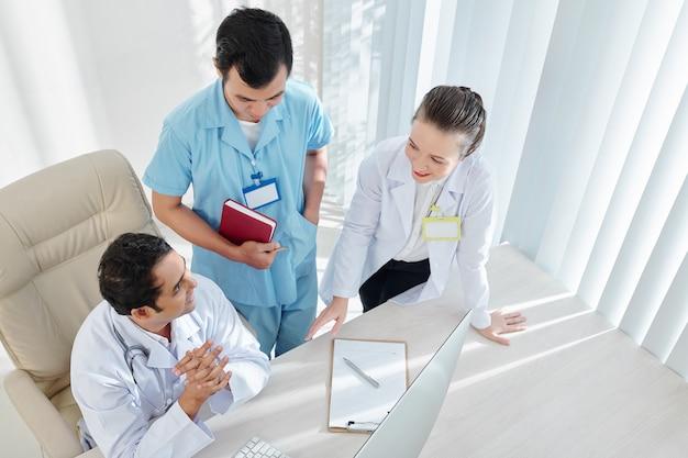 Médecins discutant des résultats de l'examen médical