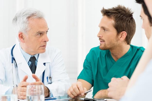 Médecins discutant en réunion