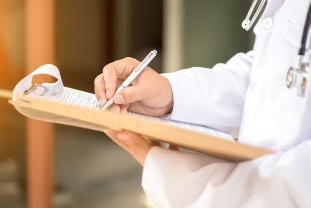 Les médecins écrivent des ordonnances