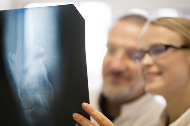 Médecins effectuant un diagnostic à l'aide d'images radiographiques