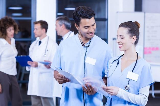 Des médecins examinant un rapport médical et discutant