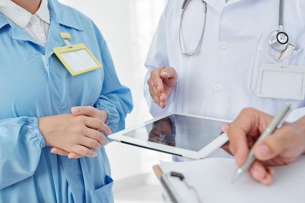 Médecins faisant le diagnostic