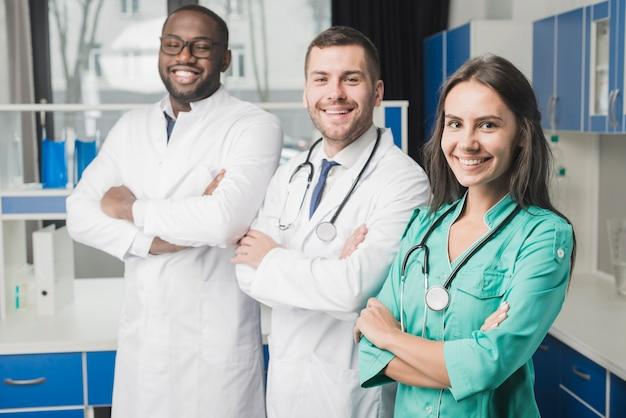 Médecins gais avec les bras croisés