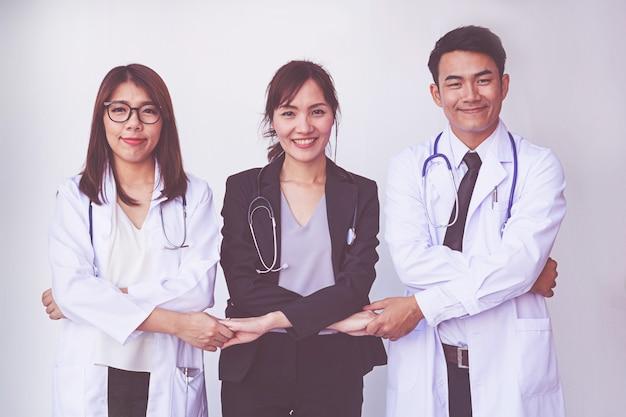 Les médecins et les infirmières coordonnent les mains. concept d'équipe