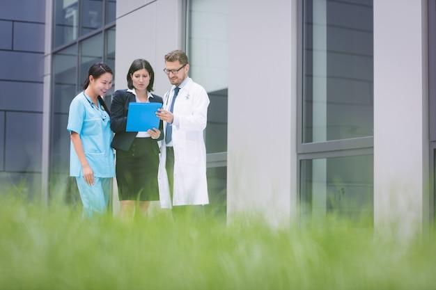 Médecins et infirmières discutant de rapport