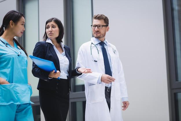 Médecins et infirmières interagissent en marchant