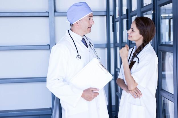 Les médecins interagissent les uns avec les autres à l'hôpital