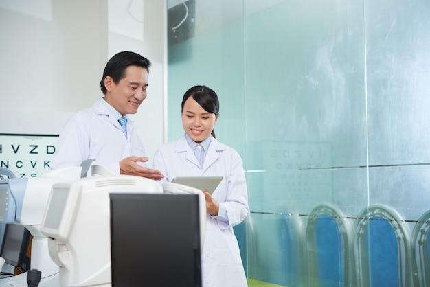 Médecins lisant les antécédents médicaux