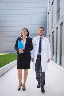 Médecins marchant ensemble dans les locaux de l'hôpital