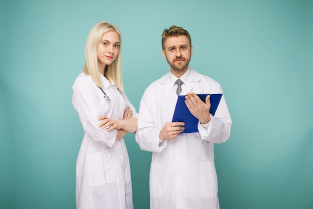 Médecins masculins et féminins sympathiques