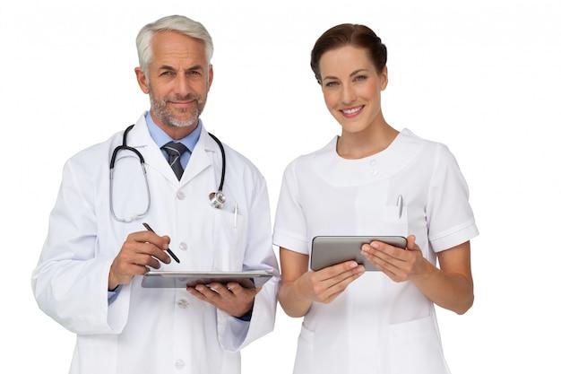 Médecins masculins et féminins avec des tablettes numériques