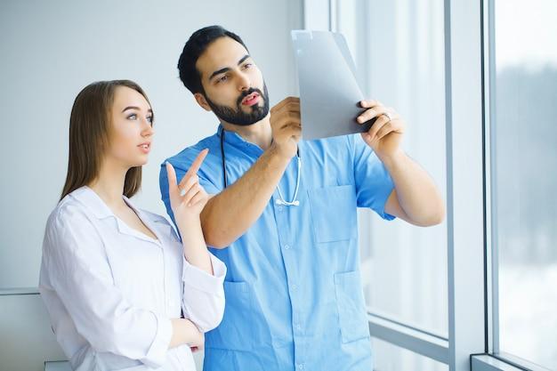Les médecins masculins et féminins travaillent ensemble à l'hôpital