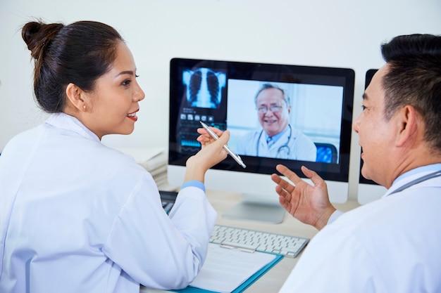 Les médecins ont une consultation en ligne