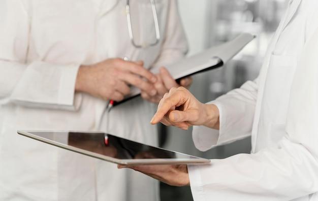 Médecins parlant dans leur clinique
