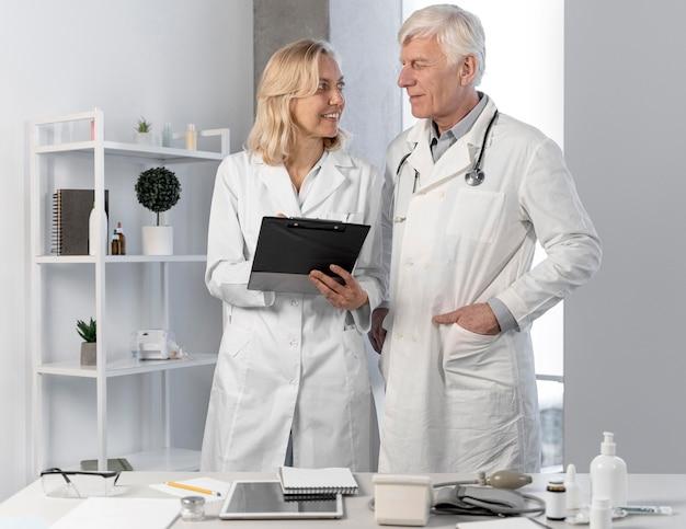 Médecins parlant et vérifiant les notes