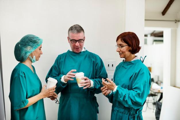 Les médecins parlent ensemble pendant la pause