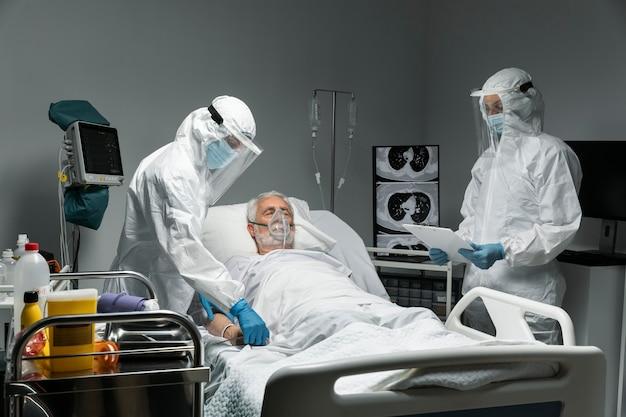 Médecins et patient de tir moyen