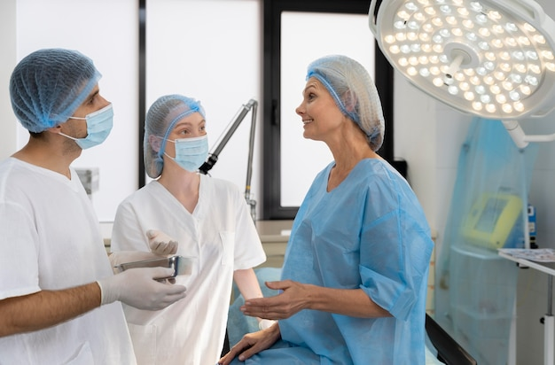 Médecins de plan moyen parlant au patient