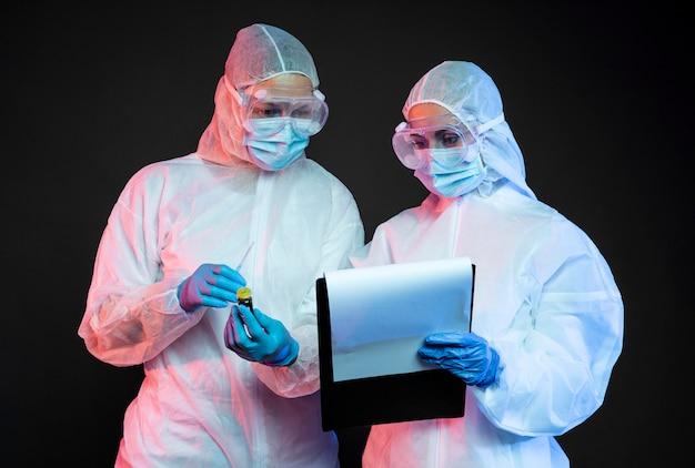 Médecins portant un équipement médical de protection