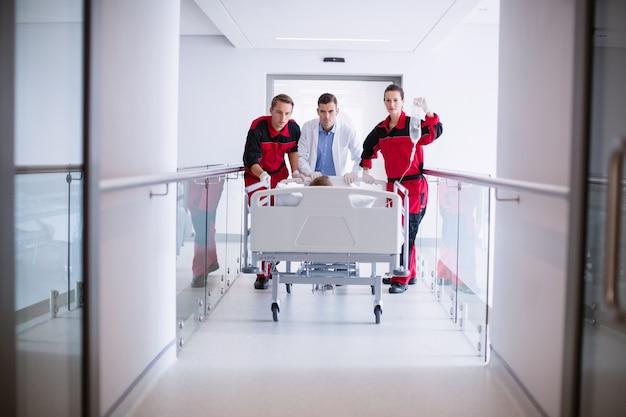 Médecins, pousser, urgence, civière, lit, couloir