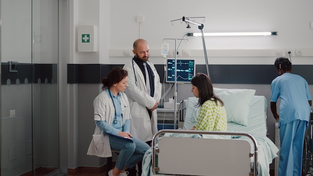 Médecins praticiens spécialistes surveillant l'homme malade expliquant le traitement de la maladie