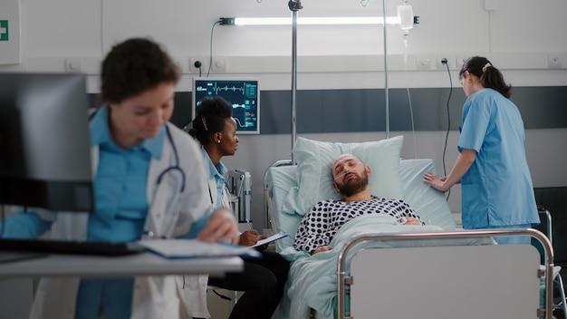 Médecins praticiens vérifiant l'homme malade analysant le symptôme de la maladie
