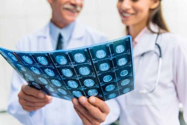 Les médecins qui réussissent dans le groupe regardent les rayons x.