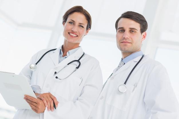 Médecins avec rapport à l'hôpital
