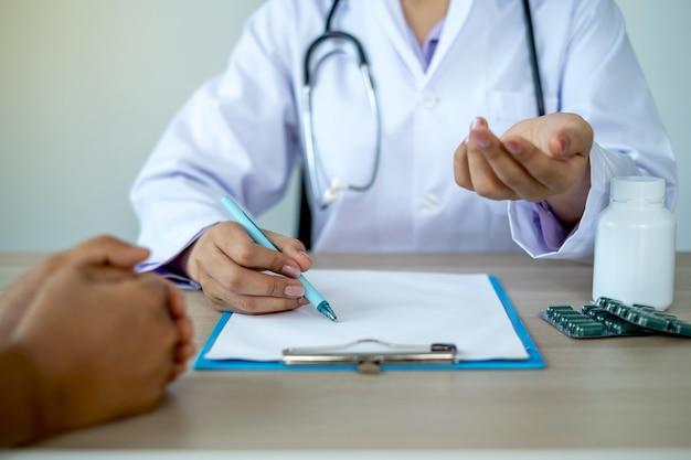 Les médecins rapportent les résultats de l'examen de santé et recommandent des médicaments au patient