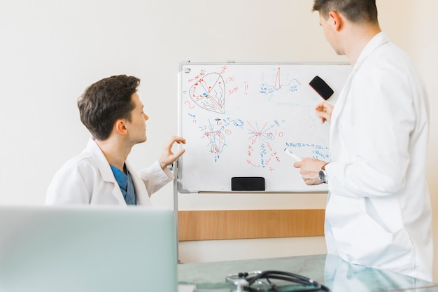 Médecins en regardant tableau blanc