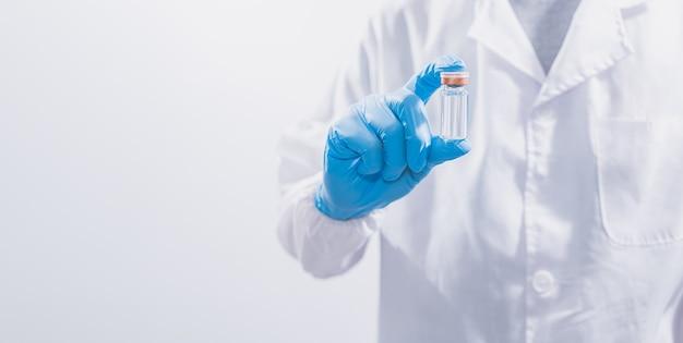 Les médecins ou les scientifiques utilisent des vaccins pour lutter contre le covid-19 ou pour croire à d'autres maladies.