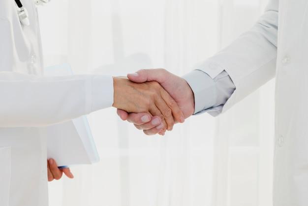 Médecins, serrer la main, gros plan