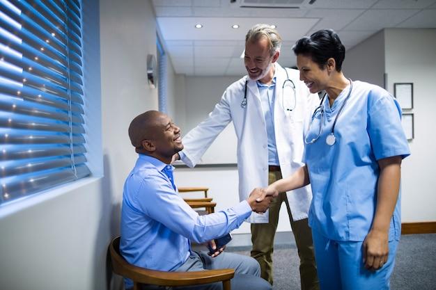 Médecins, serrer main, à, patient